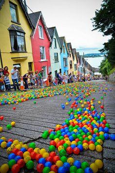 De Barrack Hill Ball Roll is een unieke loterij toen duizenden gekleurde genummerde ballen cascade en stuiteren naar beneden West View in Cobh, Ierland