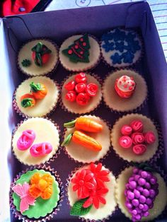 Pastillas cupcake toppers Pasta, Cupcake Toppers, Creative, Desserts, Food, Ideas, Pills, Tailgate Desserts, Deserts