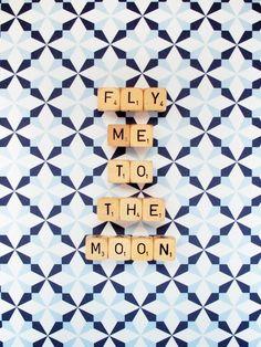 Fly Me To The Moon. Fine Art Photography. Word-Würfel. Scrabble Fliesen. Geometrische blauen Sternen. Kinderzimmer Dekor. Wohnkultur. Wandkunst. Größe A4
