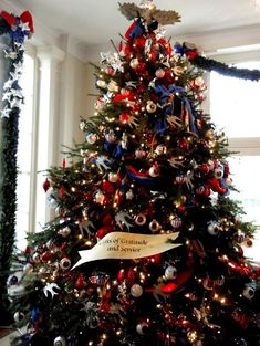 Creative christmas decor with bunting and patriotic christmas displays Blue Christmas Decor, Christmas On A Budget, Christmas Tree Themes, Christmas Mood, Noel Christmas, Holiday Tree, Christmas Ideas, Xmas Trees, Holiday Ideas