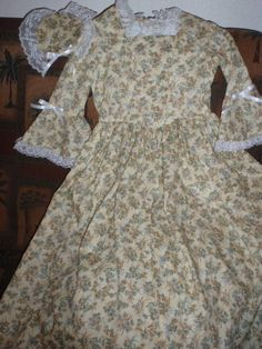 This gorgeous Colonial set is perfect for any girl who loves to dress up - READY TO SHIP - in a Girls Size M (10-12)    The gown is made in