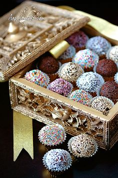 Absolutely gorgeous date balls for a modern twist on a truly ancient recipe Ramadan Eid Crafts, Ramadan Crafts, Datte Fruit, Chhiwat Ramadan, Ramadan Celebration, Eid Biscuits, Fest Des Fastenbrechens, Eid Cake, Sparkle Decorations