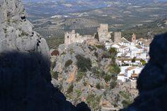 Vista de Zuheros, Córdoba, desde las rocas del Cañon del Charco Hondo.