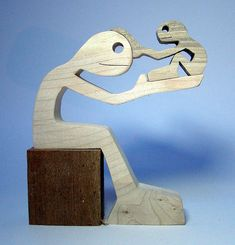 hauteur : 13 cm largeur : 11 cm épaisseur : 2 cm bois utilisés : érable et noyer