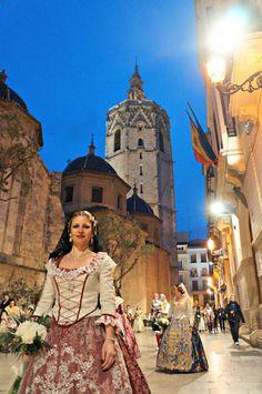 Las #fallas de #Valencia. Trajes tradicionales de #fallera y el #Miguelete de fondo
