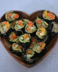 In dit artikel liet ik jullie zien welke vijf raw-vegan recepten er op mijn lijstje stonden om eens te maken. Inmiddels heb ik er twee gemaakt, en met succes: de rainbowjuice en de rauwe sushi! Dat wil zeggen: sushi zonder rijst. En zoals beloofd zou ik recepten die goed gelukt waren met jullie delen, dus … Lees verder Recept: raw-vegan sushi →