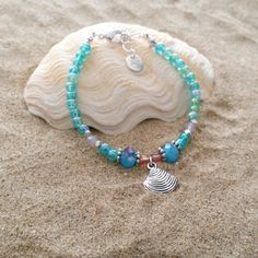 Mermaid reflections - Bracelet with iridescent beads and a clam shell charm by FlorAccessoires