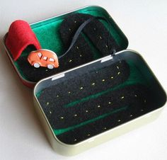 Обычная, на первый взгляд, жестяная коробочка оказывается может хранить множество секретов. Несмотря на маленькие размеры — это настоящий волшебный ларец. Главное — правильно определить его предназначение. Итак... Коробочка-органайзер для рукодельных принадлежностей. В ней всему найдется место и ниткам, и ножницам, и наперстку.