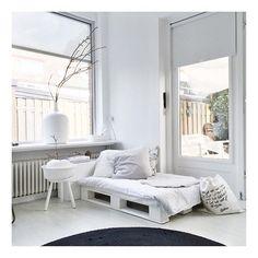 Zo...het is weer het midden van de week... Enjoy your wednesday! ------------------ #interior4all #instagood #interiordesign #interior #interiors #interiør #house #myhome #mystyle #white #vintage #decoration #style #stoer#nordichome #white #blackandwhite #binnenkijken #wednesday #style4us