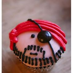 Use this as inspiration for Pirate Cupcakes for Halloween or Birthday! This link gives the explicit directions as to how to decorate the cupcakes. Love Cupcakes, Cupcake Cookies, Ladybug Cupcakes, Kitty Cupcakes, Snowman Cupcakes, Giant Cupcakes, Cake Pops, Cupcake Photos, Party Fiesta