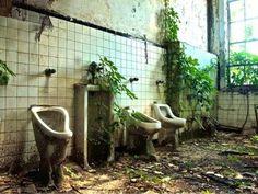 salle de bain abandonnée dans une ancienne école a Atlanta