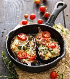 Een heerlijk recept voor als je een avond (of altijd) geen vlees of vis wil eten. Deze geroosterde aubergine schuif je zo in de oven en is een echte allemansvriend. Verwarm je oven voor op 180 graden. Halveer de aubergines. Kerf het vruchtvlees in en maak ruitjes, maar zorg dat je niet de schil raakt. Besprenkel …