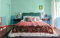 A base mais calma, com verde e azul lavados, permitiu a designer de interiores Neza Cesar ousar nas estampas da cama. A cabeceira de veludo faz contraste com as almofadas e a manta. Repare que todos os desenhos, apesar de diferentes, são florais ♥