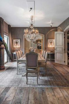 Bovenop de wagonplanken kwam een vintage tapijt. De antieke stoelen werden geherstoffeerd, waarbij bewust een ander model en een andere kleur gekozen werd voor de kopstoelen om het geheel wat vlotter te maken. Belgian Style, Decoration, Dining Bench, Sweet Home, Shabby, New Homes, Cottage, House Design, Rustic
