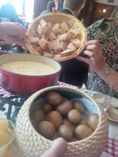 La Fondue Fribourgeoise moitié-moitié with bread and potatoes @ Restaurant Fribourger Fondue Stübli Raclette Fondue, Restaurant, Some Recipe, Serving Bowls, Stuffed Mushrooms, Potatoes, Meals, Dishes, Vegetables