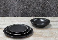 aus der Serie Tourron von Jars Keramik die Farbe Celeste - schwarz