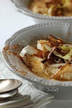Blanquette de cabillaud au curry & poireaux frit Préparation : 15 min Cuisson : 25 min Pour 4 personnes : -800 g de dos de cabillaud -2 petits oignons -2 poireaux -20 cl de bouillon de volaille -20 cl de crème fraîche -1 cuillère à café de curry -1 cuillère à café de maïzena -20 g de beurre -1 cuillère...