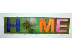 Orologio in legno di recupero dipinto con colori ad acquerello dotato di ganci per appendere tutto quello che volete. Adatto sia in cucina che all'ingresso. Personalizzabile in colori e dimensioni. #orologio, #design, #design, #recycling, #riutilizzo, #upcycling, #arredamento