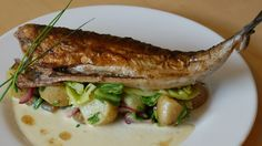 Stekt makrell med nykål, poteter og rømme - NRK Mat – Oppskrifter og inspirasjon