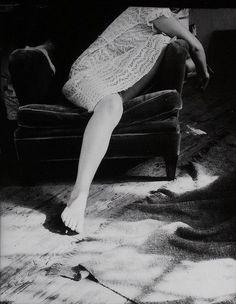 """Sobre Francesca Woodman: """"Como las almas retratadas en sus fotografías, etéreas, volátiles, ligeras como la brisa más sutíl, Francesca se lanzó al vació saltando desde una ventana del loft donde vivía en New York en 1981. Un reflejo de su obra, de la forma en que entendía la vida, el arte y el amor"""" Tomado de https://soonorlater.wordpress.com"""