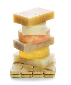 Hacer jabón a través de un curso básico. Hacer jabón a través de pasos sencillos que permiten crear jabones artesanos con formas, colores y aromas.