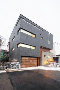 견고한 박스 형태로 꽤 큼직해 보이는 한 채의 집이지만, 안에는 한 지붕을 덮고 자매가 산다. 택지지구의 건축면적을 두 세대가 교차하며 누리는 이 집은 정말이지 새로운 듀플렉스 주택, Skiplex(Skip+Duplex) home이다.