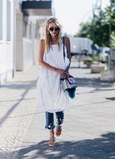 Une robe blanche portée sur un jean