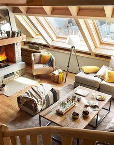 Salón de cabaña en la nieve con techo de madera y ventanas velux