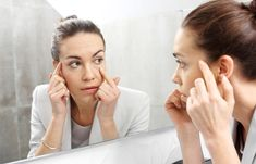How to Reduce Dark Circles and Under-Eye Bags Naturally Dark Circles Under Eyes, Dark Under Eye, Eye Circles, Preparation H For Eyes, Concealer, Vitamin B12 Mangel, Home Remedies For Wrinkles, Sunken Eyes, Droopy Eyelids