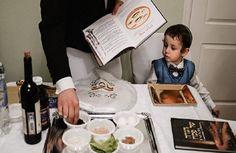 """Иудеи встречают восьмидневный праздник Песах (Пасха), с заходом солнца в понедельник у них пройдет первый седер – ритуальная пасхальная трапеза,  Слово """"песах"""" имеет два значения: """"прохождение мимо"""" и """"переход"""". Двойственна и трактовка праздника. Помимо перехода израильтян, ведомых Моисеем, через Ч"""