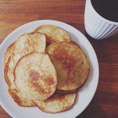 Søndag bananpannekaker og kaffe   1 moden banan 3 egg 3 ss havregryn litt salt. Stekes i godt med smør