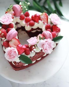 Colours but with gold Red Velvet Heart Cake ❤️🌸. I know this trend is pretty much all shaped number cookies, but I couldn't let cakes miss out on all the fun! Heart Shaped Cakes, Heart Cakes, Heart Shaped Birthday Cake, Red Velvet Birthday Cake, Mini Cakes, Cupcake Cakes, Cupcakes, Cake Cookies, Cookies Et Biscuits