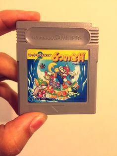 21 de octubre de 1992. Nintendo Japón entregaba en las tiendas  スーパーマリオランド2 6つの金貨, es decir, Super Mario Land 2: 6 Golden Coins. Un nuevo juego de aventuras de Super Mario para Game Boy producido por el genio de Gunpei Yokoi, y que continuaba la primera parte - lanzada en abril de 1989 – aunque elevando todos los aspectos gráficos y jugables de aquella primera entrega. Uno de los juegos más largos en la portátil de Nintendo y que presenta por vez primera a Wario.  Imagen: Anacrogames en…