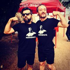 Julian y Santi Balmes de Love of Lesbian, con la camiseta de Hostiopata de La Vecina del Artico by Santi Balmes