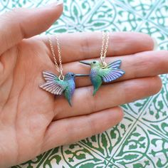 Hand-Sculpted Hummingbird Pendant with Chain Polymer Clay Animals, Polymer Clay Flowers, Polymer Clay Earrings, Polymer Clay Figures, Cute Jewelry, Jewelry Crafts, Handmade Jewelry, Polymer Clay Embroidery, Polymer Clay Projects