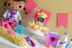 Decoracion de mesa Ideas para fiesta doctora juguetes www.ComoOrganizarLaCasa.com mesa de postres fiesta doctora juguetes Pastes de cumpleaños de Doctora juguetes #piñata #DoctoraJuguetes