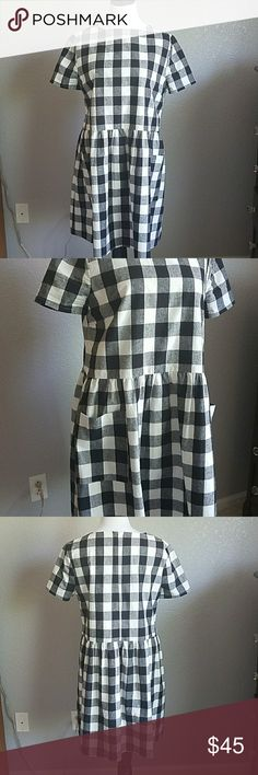 Rachel Parcell Buffalo Check dress Black & white buffalo check dress by Rachel Parcell. Gorgeous gingham dress with perfect picnic vibe. Has 2 front pockets and zipper in back with lining.worn a few times.  100% cotton, 80% polyester 20% cotton lining. Rachel Parcell Dresses Midi