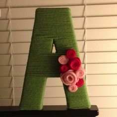 Yarn-wrapped letter and felt roses. Yarn Letters, Monogram Letters, Yarn Crafts, Sewing Crafts, Diy Crafts, Projects For Kids, Craft Projects, Craft Ideas, Felt Roses