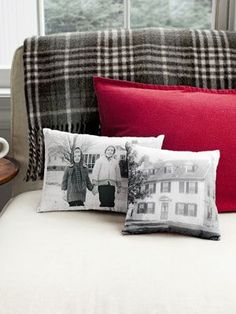 DIY Vintage effect Photo Pillows (print on to wax paper then use iron to transfer print to fabric! Diy Projects To Try, Crafts To Do, Craft Projects, Arts And Crafts, Sewing Projects, Photo Projects, Decor Crafts, Handmade Christmas Gifts, Christmas Crafts