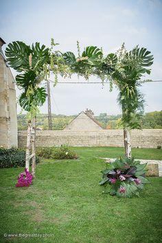 Mariage Afrikasia   La cérémonie = arche végétale réalisée par Drissia artiste Florale et orchestrée par Claire Bay officiante de Cérémonie laïque .    Crédit photo : www.TheGreatday.photo
