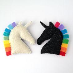 Unicornio arco iris fieltro broche de pin. Unicornio blanco / negro unicornio. hecho a mano