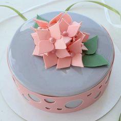 glaçage miroir, dessert à finition bleue avec pétales roses