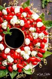 Caprese Salad Christmas Wreath is a festive and healthy appetiser for your Christmas table! Only 5 m&; Caprese Salad Christmas Wreath is a festive and healthy appetiser for your Christmas table! Only 5 m&; Party Platters, Veggie Platters, Party Trays, Vegetable Trays, Skewer Recipes, Appetizer Recipes, Salad Recipes, Healthy Recipes, Appetizer Ideas