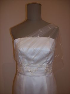 Vestido de novia en tul bordado y saten.