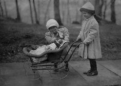 Dos niñas juega con un muñeco de la sopa Campbell en marzo de 1912 en Nueva York. (Foto de Lewis W. Hine/Buyenlarge/Getty Images)