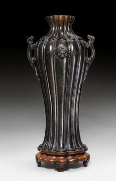 A dark patinated bronze lobed vase with dragon handles and maskarons. China, Ming dynasty, height 51.5 cm. Zhengde mark at the base. Estimate CHF 10,000 / 15,000 (€ 8,330 / 12,490). Photo Koller