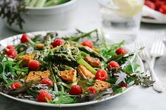 Spargel-Salat mit Himbeeren & gebratenem Tempeh