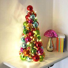 Ball LED Julegran Cone med kuler i forskjellige spreke farger fra Star Trading. Dekorasjonstreet går på batterier og har en innebygget timer som kan stilles inn på 6 eller 18 timer om ønskelig.