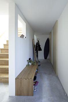 simple entrance玄関にベンチがあるとブーツや紐ぐつなどの脱ぎ履きがしやすいし荷物も置ける。高齢者には特に親切。