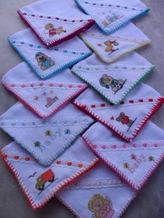 receitas Baby Sewing Tutorials, Sewing Projects, Sewing Patterns, Hand Embroidery, Machine Embroidery, Embroidery Designs, Baby Sheets, Towel Crafts, Stitch Book